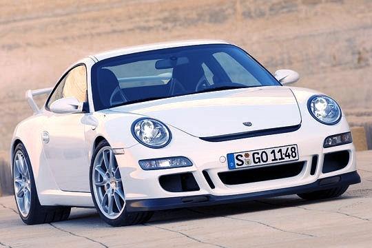 Simple propulsion mais dôtée dun différentiel à glissement limité, la version GT3 de la 997 est dévoilée en 2006. Ses performances parlent delles-mêmes : 310 km/h en vitesse de pointe et un 0 à 100 km/h explosé en 4,3secondes. Elle est dabord motorisée par un3.6 l atmosphérique de 415 chevaux puis parun 3.8 l de 450 chevaux à partir de 2009.