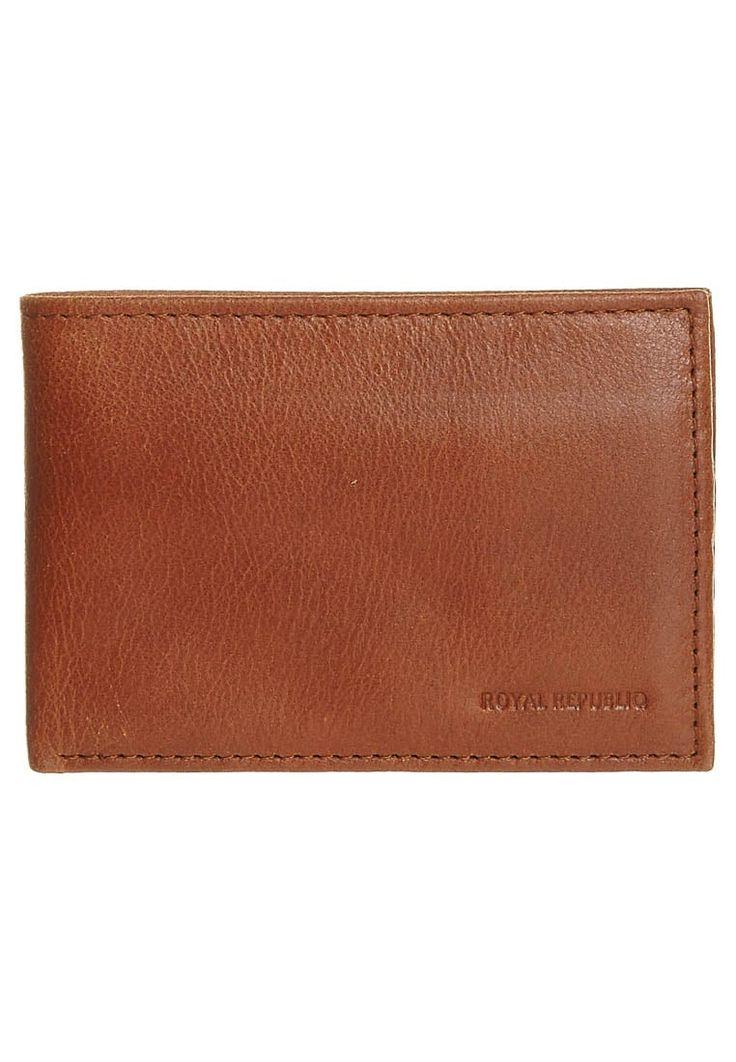 Klein, praktisch, unaufdringlich: NANO von Royal RepubliQ beschränkt sich auf das Wesentliche. Die cognacbraune Geldbörse aus hochwertigem Leder in Antikoptik präsentiert sich in klassischem Design, das zu jedem Stil passt und mit dem man nichts falsch machen kann.