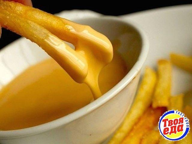 Густой, вкусный, почти как фондю) сырный соус на основе бешамель. Простой в приготовлении но такой нежный и можно сказать деликатесный)