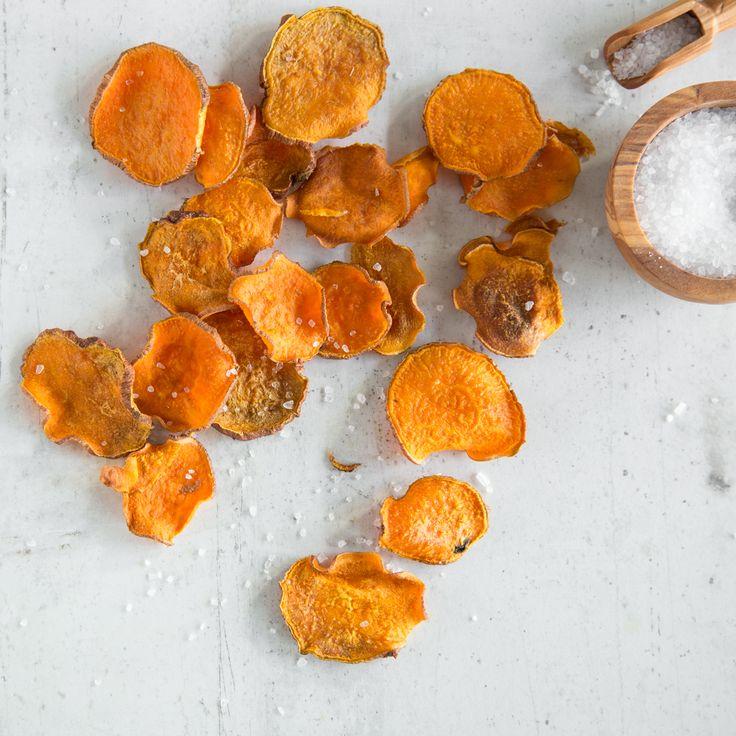 Auch Süßkartoffeln eignen sich super für die Zubereitung von knusprigen Chips. Mit Rauchpaprika gewürzt erhalten sie den besonderen Kick.