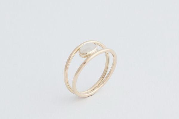 Geelgouden ring met regenboogmaansteen €245,-