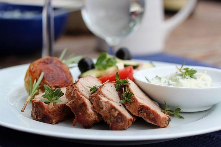 Grillet svinefilet med grillede poteter, tomatsalat og tzatziki