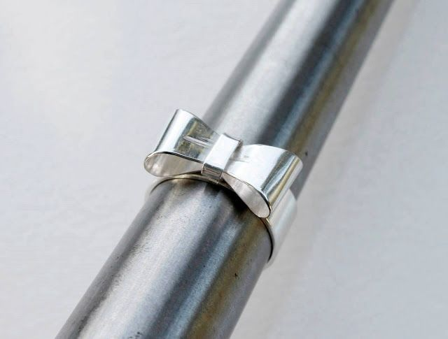 Käsintehtyjä koruja hopeasta, helmistä ja korukivistä ja aika ajoin muutakin käsintehtyä