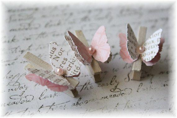 Estas pinzas mini adorables son una nueva forma de añadir gorgoeus embellishemts 3D a tu página de scrapbook o tarjetas. Unido a flores, vides, banners hechos a mano, las posibilidades son infinitas...  Pinzas miden 1 de largo y están hechos de madera ligera. He encaladas cada pin con la mancha de la angustia de esa mirada shabby chic. El butterflie son 3/4 de envergadura, layerd doble y adornado con una pequeña perla de respaldo plano.  Listado está para un conjunto de tres  Si desea un...
