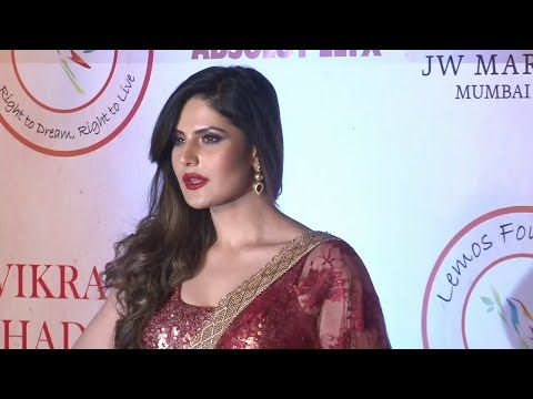 Zarine Khan in SAREE at Vikram Phadnis's 25th anniversary fashion show.