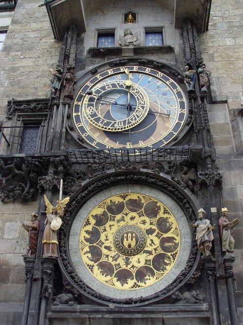 """Praga: orologio astronomico di piazza Staromestské námstí (XV secolo). Allo scoccare di ogni ora dalle finestrelle che si aprono in alto si può ammirare il """"Corteo degli apostoli""""  Foto di Maros M r a z (Maros)"""