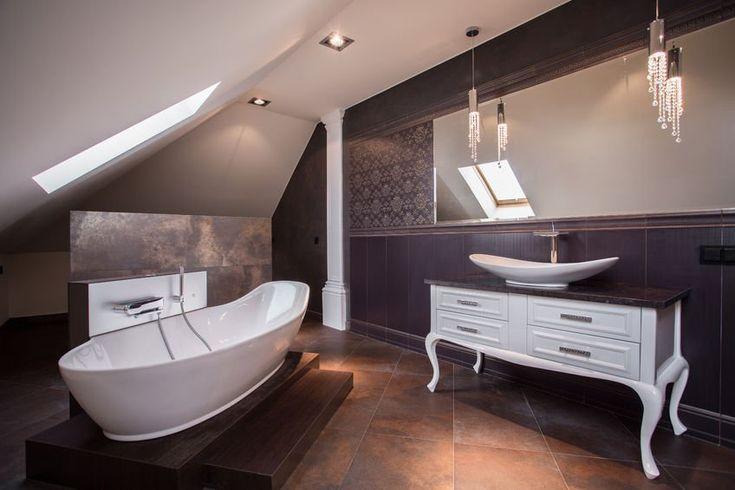 Elegancka, klasyczna łazienka na poddaszu. #design #urządzanie #urząrzaniewnętrz #urządzaniewnętrza #inspiracja #inspiracje #dekoracja #dekoracje #dom #mieszkanie #pokój #aranżacje #aranżacja #aranżacjewnętrz #aranżacjawnętrz #aranżowanie #aranżowaniewnętrz #ozdoby #łazienka #łazienki
