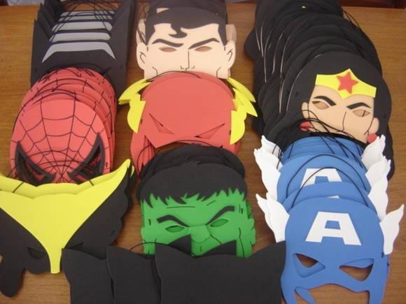 Máscaras INFANTIS de super-heróis em EVA, meio rosto. Ideal para lembrancinha de aniversário com o tema Liga da Justiça, Vingadores, etc.  Modelos disponíveis: Hulk, Homem-Aranha, Thor, Capitão América, Batman, Superman, Flash, Mulher Maravilha, Mulher Gavião, Mulher Gato, Wolverine, Lanterna Verde e Homem de Ferro.  Acompanha saquinho transparente, fita de cetim e cartãozinho personalizado (cortesia). Não vai embrulhada.