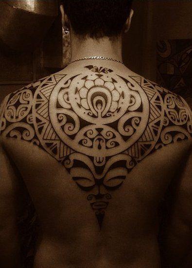 Estil: Maurí. Els tatuatges maurí o tatuatges ta moko, tenen gran valor històric, identitat cultural i una sòlida qualitat artística. Són tatuatges realment únics i per això, s'han convertit en un estil clàssic que ha transcendit totes les fronteres. Originaris de la Polinèsia oriental, són marca registrada neozelandesa.