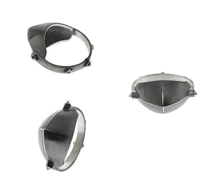 Meena ring fra Maria Black i  oxideret sølv. En mega fed ring, der oser af attitude, kant og selvsikkerhed - til den seje moderne kvinde <3 #mariablack #jewellery