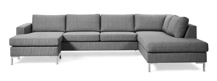 Toronto är en prisvärd och generös 3-sits soffa med schäslong till vänster och divan till höger. Uttrycket är stilrent och modernt. De höga benen ger en luftig känsla och underlättar vid städning.