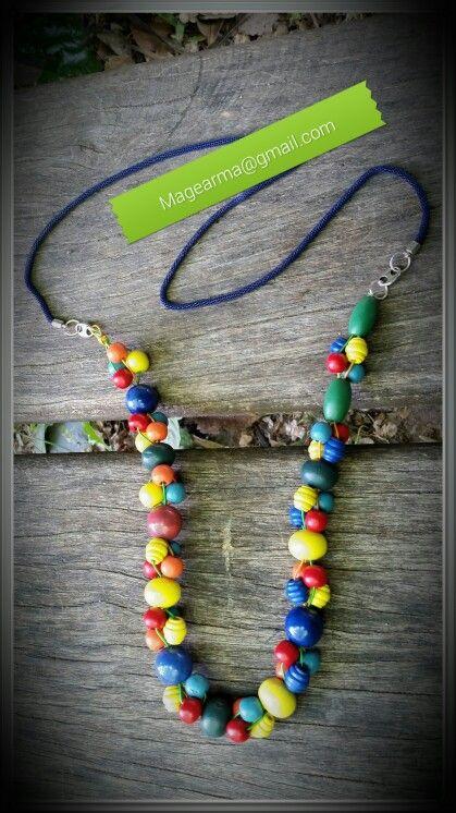 Collar de madera de colores