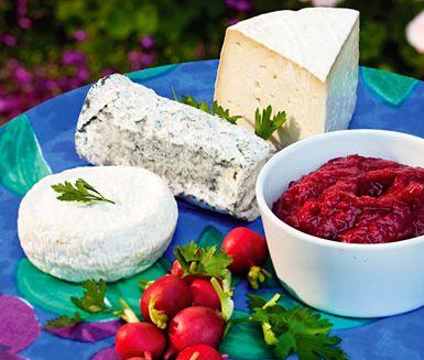 Storfavorit till ostbricka är denna sötsyrliga chutney på rabarber, rödlök och ingefära, men även som tillbehör till en het lammgryta.