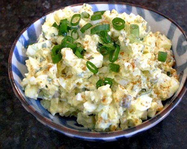 Ukusna salata sa pečenim paprikama savršena je za serviranje na rođendanima, slavama i okupljanjima. Sastojci - 4 crvene paprike - 400 ml milerama -