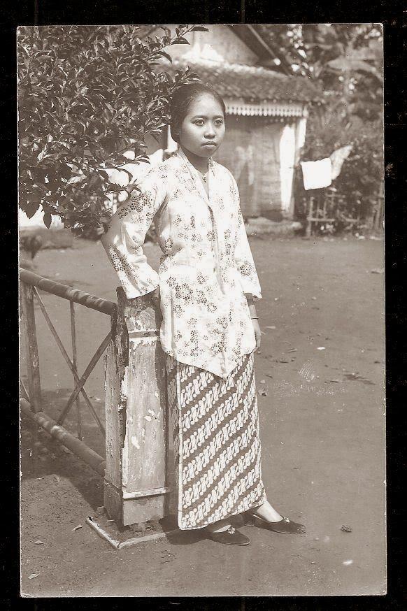 Beautiful Woman ~ Java ~ Indonesia ~ c1920s ini bisa jadi nenek seseorang.. nenek nya siapa ini?