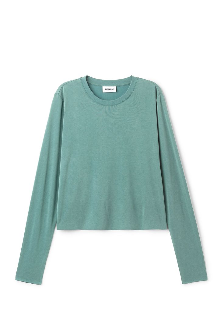 The Cropped Long Sleeve T-Shirt is cut in a slightly shorter shape with a loose fitted body and tight long sleeves. It is made from a soft modal-blend with