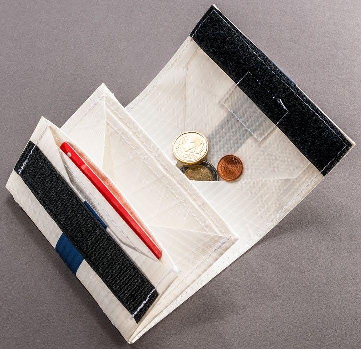 Kellnergeldbörsen-Prinzip, großes Fach für Münzgeld, 2 Kartenfächer, Fach für Ausweis + co., Fach für Papiergeld, schließt mit Klett Wir fertigen die Geldbörse aus Segeltuch in unserer Kieler Manufaktur in liebevoller Handarbeit für euch.Freut euch auf ein robustes, wetterfestes und äußerst langlebiges Produkt. Bestellt sie ganz bequem bei uns im Online-Shop oder schaut in unserem Geschäft in Kiel-Holtenau vorbei. Bei Fragen sind wir gern am Telefon unter 0431-66 72 530 oder über das…