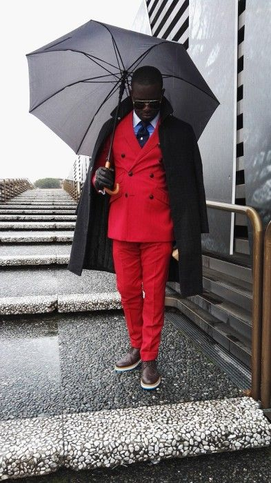 黒ロングコート×赤ダブルスーツ×クレリックシャツ×黒ネクタイ×ブラウンダービーシューズ