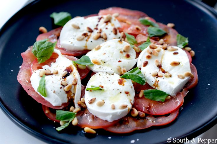 """Deze salade caprese van chef Peter De Clercq komt uit het boek """"Duizend mijl, 1001 smaken"""". Een heerlijk, authentiek gerecht uit de Italiaanse keuken."""