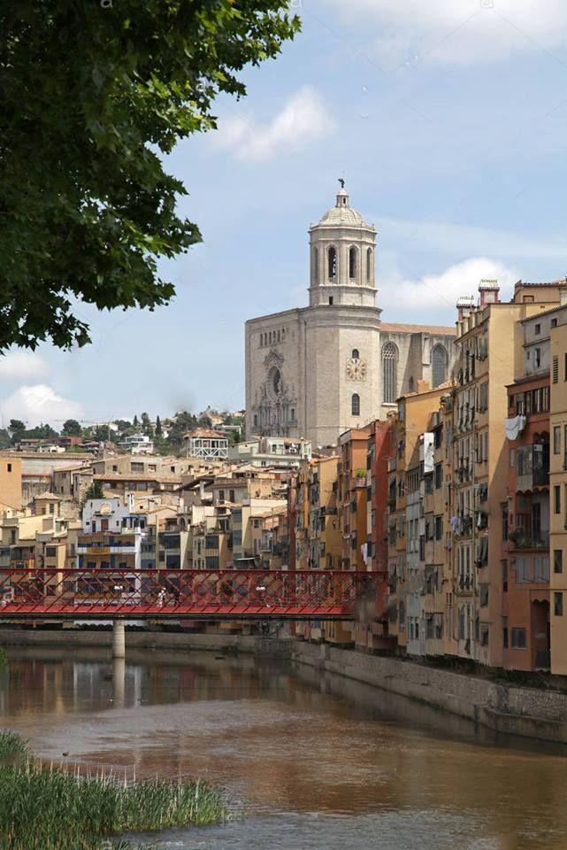 Girona, Catalunha, Espanha   Goza de uma localização privilegiada sobre um promontório na confluência dos rios  Ter e Onyar, junto à estrada de Barcelona-La Junquera. Sua história teve sempre como cenário a colina, mas desde o século passado a cidade se extendeu estabelecendo suas indústrias do outro lado do rio.  Por sua posição estratégica, Girona foi muito cobiçada ao longo da história. As muralhas que cercam a cidade pelo norte e pelo leste, Iberas primeiro, romanas e medievais depois…