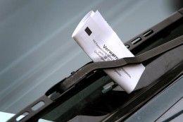 Schräger Internetschwindel macht Autofahrern Angst   - Im Netz kursiert eine falsche Warnung vor Autodieben. Sie sollen Fahrer mit Zetteln auf der Heckscheibe aus dem Wagen locken und sich selbst ans Steuer setzen. Absender soll ein Kommissar sein...
