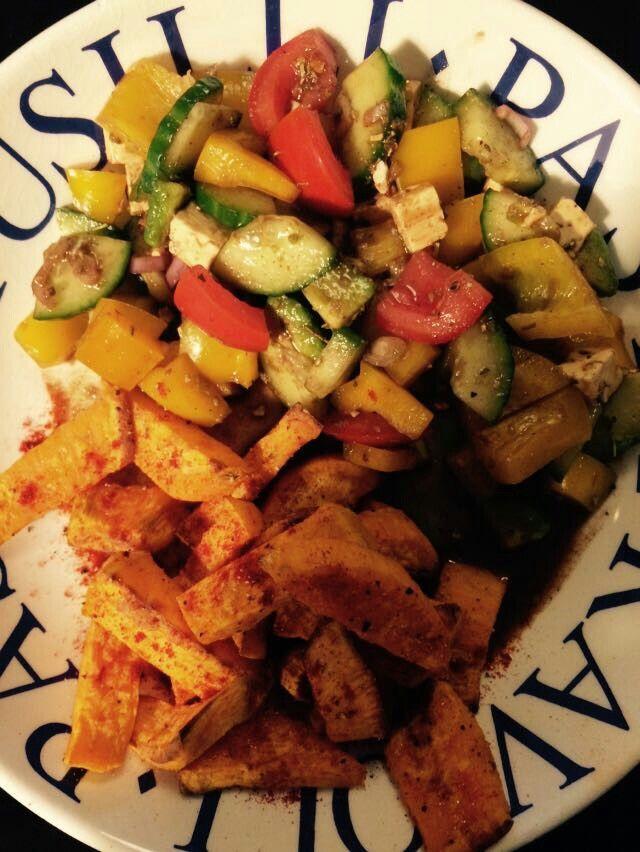 Gebackene Süßkartoffel mit buntem Salat