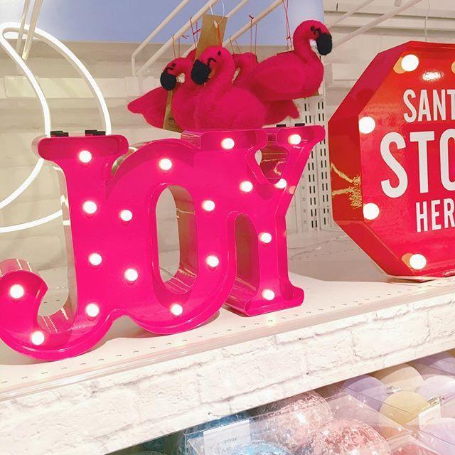 """・ ふらっと立ち寄ったニトリで可愛い電飾(?)を発見💡 ・ クリスマスの装飾がたくさんありました( ˊ꒳ˋ ) ᐝ ・ 右の標識はただのSTOP標識かと思いきや """"SANTA STOP HERE"""" と書いてあるんです🎅🏻 ・ これならサンタさんも家を間違えずに 来てくれそうです( ¨̮ )︎︎笑 ・ ・ #ニトリ #家具 #ライト #電飾 #電気 #フラミンゴ #joy #ピンク #pink #クリスマス #標識 #看板 #アメリカン #おしゃれ #インテリア #雑貨 #お洒落さんと繋がりたい #ウォールオーナメント #オーナメント"""