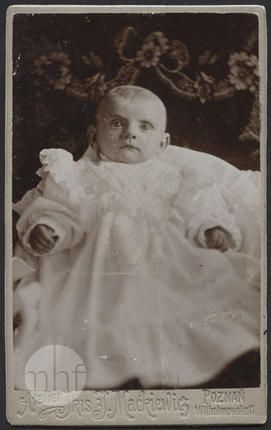 Małe dziecko; Zakład fotograficzny IRIS Jan Maćkiewicz; Polska - Poznań. 1890-1900; utwór w domenie publicznej.