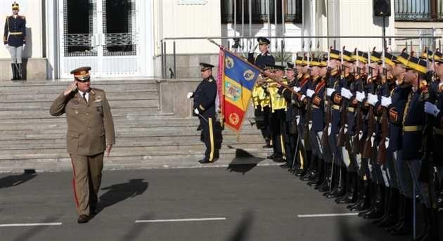 Cu ocazia Zilei NATO în România, la sediul Ministerului Apărării Nationale a avut loc duminică o ceremonie militară de înăltare pe catarg a drapelului national al României si a drapelului NATO