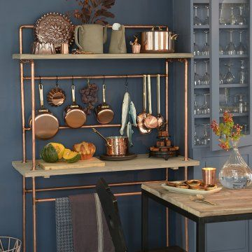 Une desserte de cuisine en cuivre et planche de bois / A service of copper cooking and wooden board