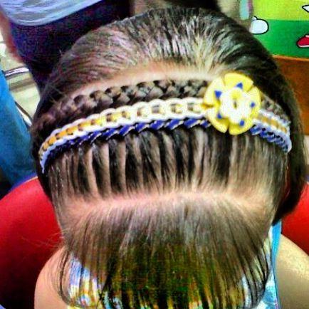 Bello peinado con cinta para las más pequeñas