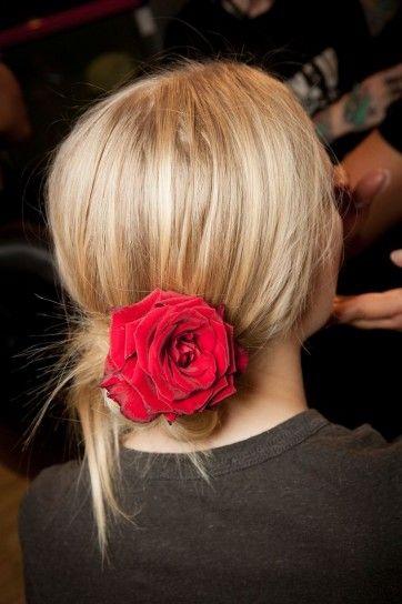 Dolce e Gabbana chignon basso con rosa rossa