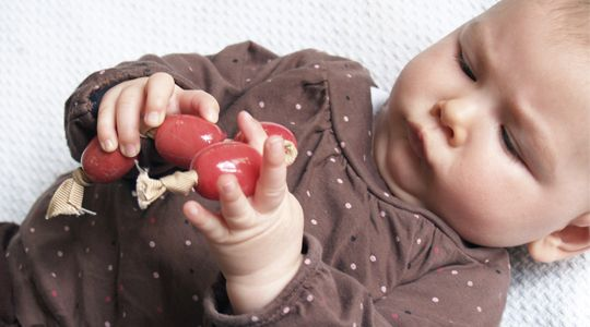 activite manipulation montessori bébé 6 mois