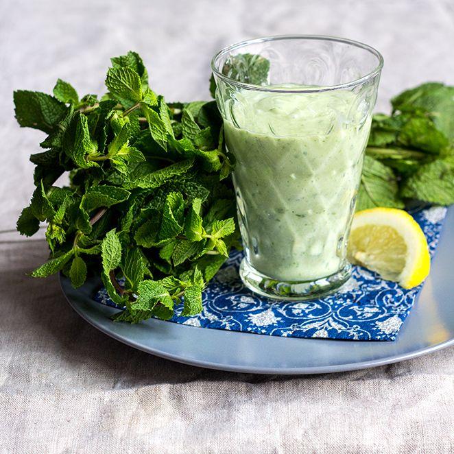 Grüner Smoothie mit Gurke und Minze