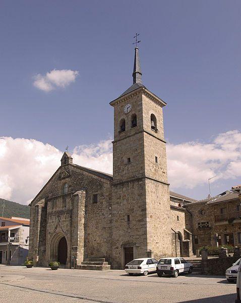 Iglesia de Santiago Apóstol con su pórtico hispano flamenco y su esbelta torre.