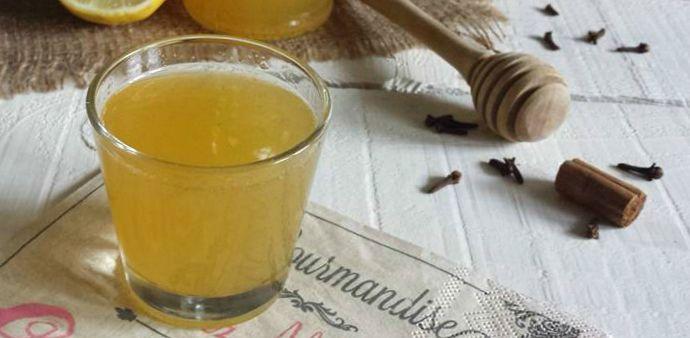 Il liquore al miele fatto in casa è facilissimo da preparare, il risultato è talmente buono che non perderete tempo a regalare bottiglie ad amici e parenti!