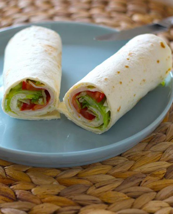 Wraps met smeerkaas, kipfilet, sla, tomaat en bosui. Binnen 10 minuten heb je twee wraps gemaakt. Je kunt ze ook handig meenemen naar werk. Tijd: 10 min. Recept voor 2 wraps Dit heb…
