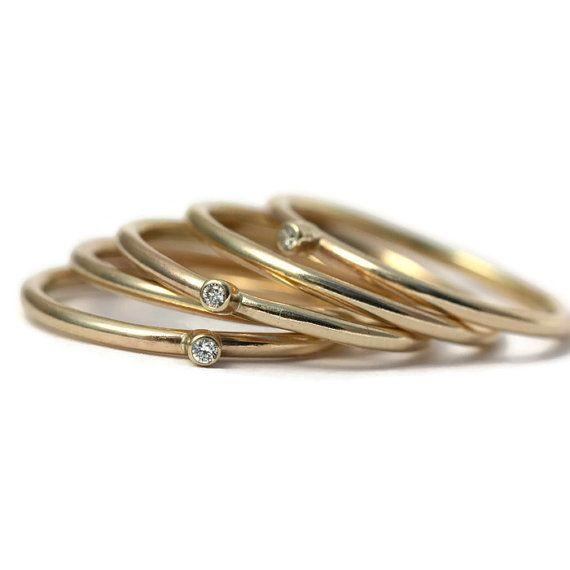 Wildflower Diamond & solide Stacking anneaux d'or - fait à l'ordre de 2 à 3 semaines Ce qui est ne pas à l'amour, une pile pleine d'or et de diamants ! Fabriqués à la main au Royaume-Uni à Durham rural par les falaises de la mer du Nord par Donna Maria Lynn, ces diamant d'or belle bague d'empilage ferait une magnifique bague de fiançailles, une bague et un cadeau fabuleux. Or au choix, or, Or Rose, or blanc anneaux empilables Chaque bague est fait à la main d'or 9ct solide à l'aide de...