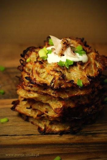 baked potato pancakes with garlic sauce (pieczone placki ziemniaczane z sosem czosnkowym)