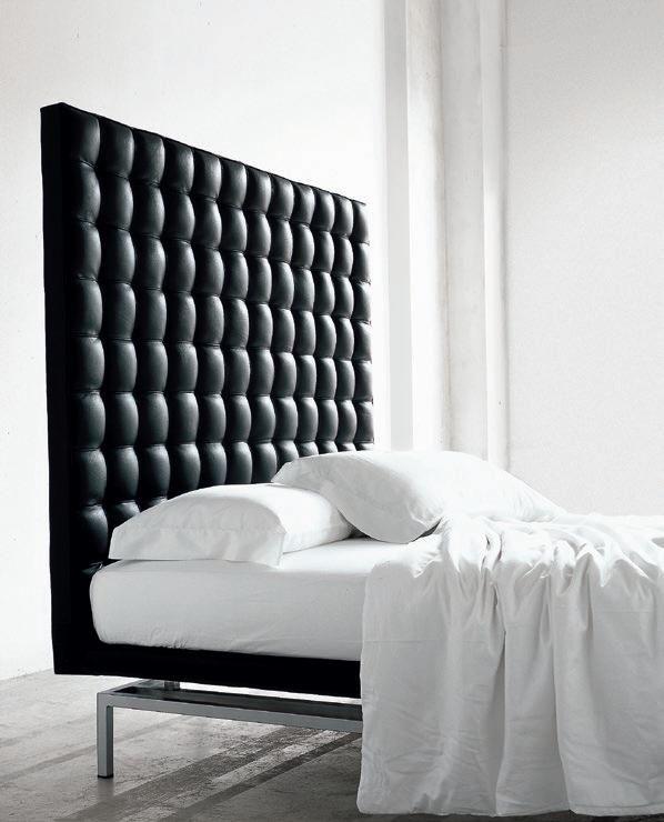 Boss postel v černém provedení s výrazným čalouněným čelem / double bed