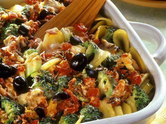 Mediterraner Kartoffelauflauf     600 g festkochende Kartoffeln      Salz      400 g Brokkoli (nur die Röschen)     3 Tomaten      2 Frühlingszwiebeln      2 Knoblauchzehen      50 g schwarze Oliven (entsteint)     ½ TL getrockneter Thymian      ½ TL getrockneter Oregano      Pfeffer      1 TL Olivenöl      250 g Joghurt (1,5 % Fett)      2 Eier      50 g Emmentaler