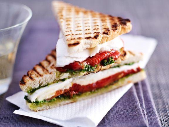 Tomaten-Mozzarella-Sandwiches ist ein Rezept mit frischen Zutaten aus der Kategorie Sandwich. Probieren Sie dieses und weitere Rezepte von EAT SMARTER!