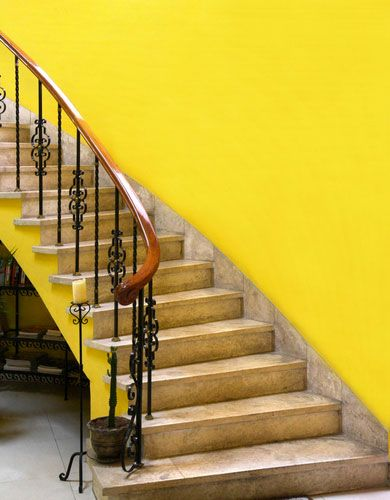 Une peinture jaune pour apporter de la lumière dans l'escalier