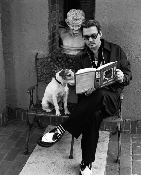 Johnny Depp reading to a dog, a man after my own heart! Beautiful inside  and out ❤️