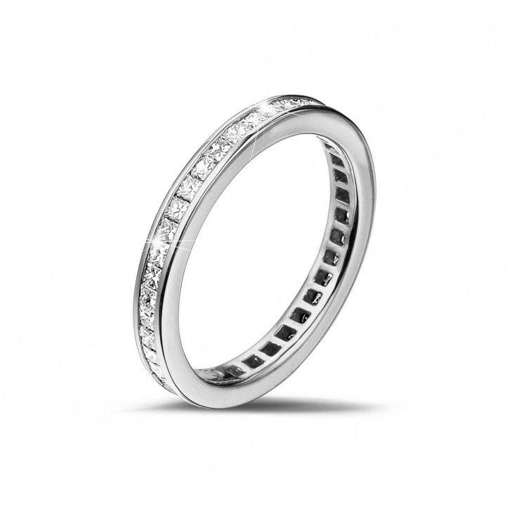 Memoire Ring aus Weißgold mit kleinen quadratischen Diamanten