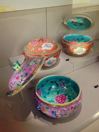 Peranakan Museum: Peranakan china, very colourful