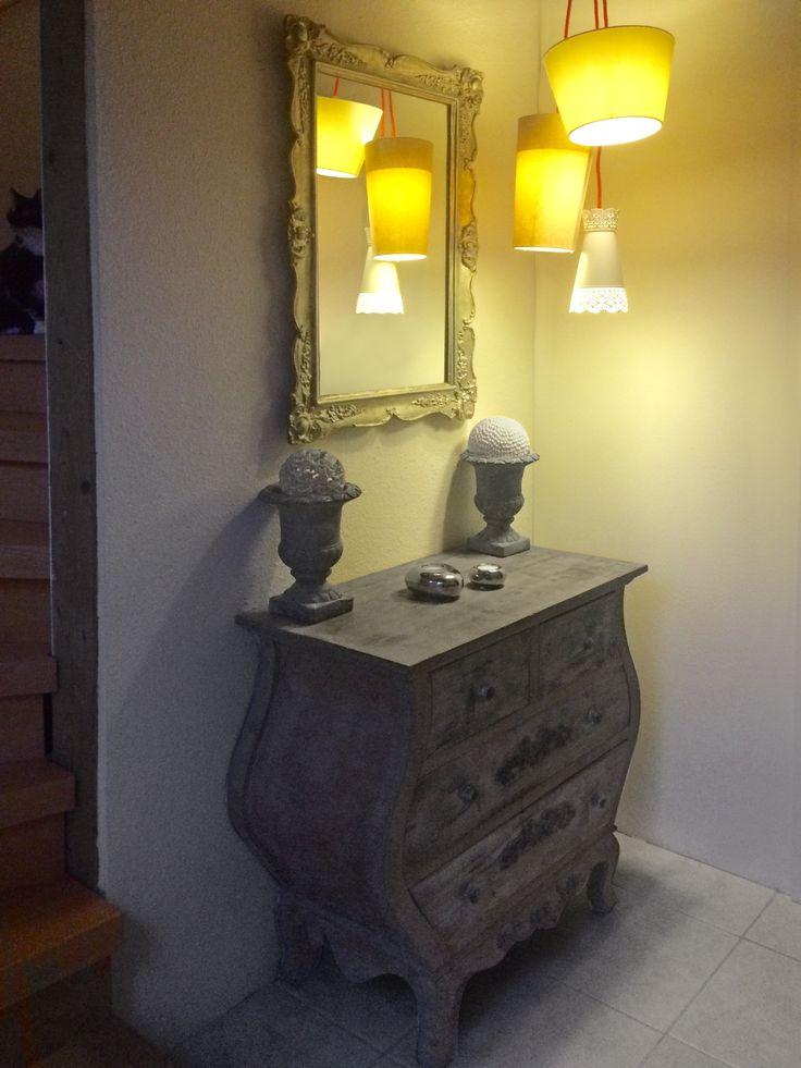 Flur/Eingangsbereich: 3er DIY-Lampe mit roten Kabeln, bauchige Kommode im Shabby-Stil, alter Barock Spiegel silber lackiert