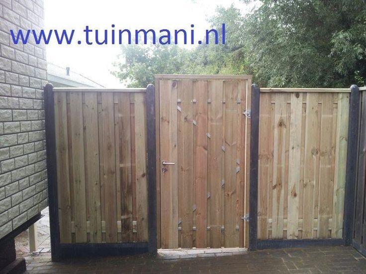 Een prachtige en solide erfafscheiding - schutting met betonpalen en geïmpregneerd hout en een solide poort tuindeur van #tuinmani @tuinmani www.tuinmani.nl