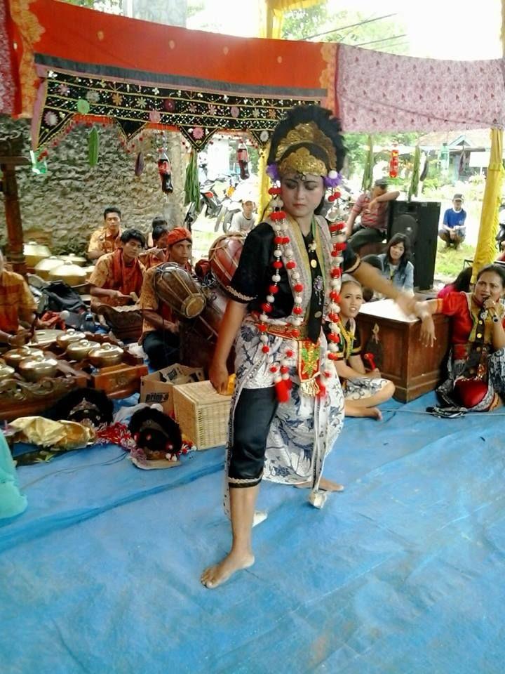 Aerli Rasinah. Penari Topeng. Seni Tradisi. Indramayu. https://www.facebook.com/profile.php?id=100007000695608&sk=photos&collection_token=100007000695608%3A2305272732%3A5