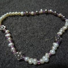 N°22 - bracelet élastiqué perles de nacre d'eau douce,perles de rocaille rose et perles et fleurs métal argenté